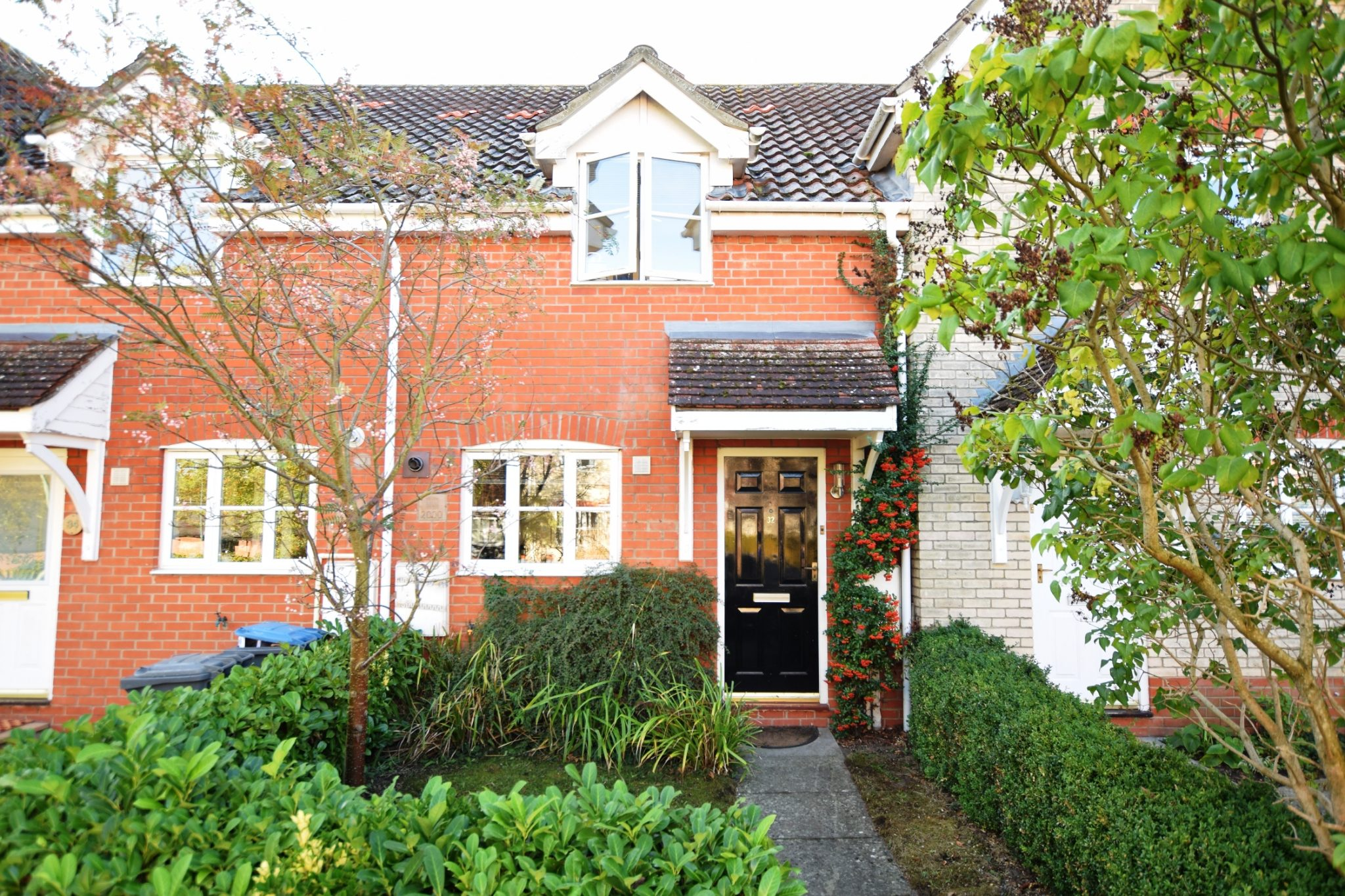 A modern 2 bedroom property with a south-facing garden and parking