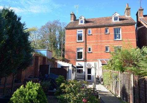 A spacious 3 bedroom Victorian property over 4 floors.