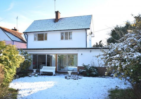A superb 2 bedroom detached house with a good sized garden.
